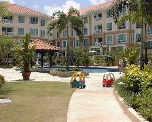 Duchess Crest -  pool with resort ambience and many young caucasian kids.